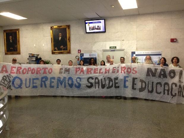 Grupo protestou contra aeroporto na Câmara de São Paulo  (Foto: Márcio Pinho/G1)