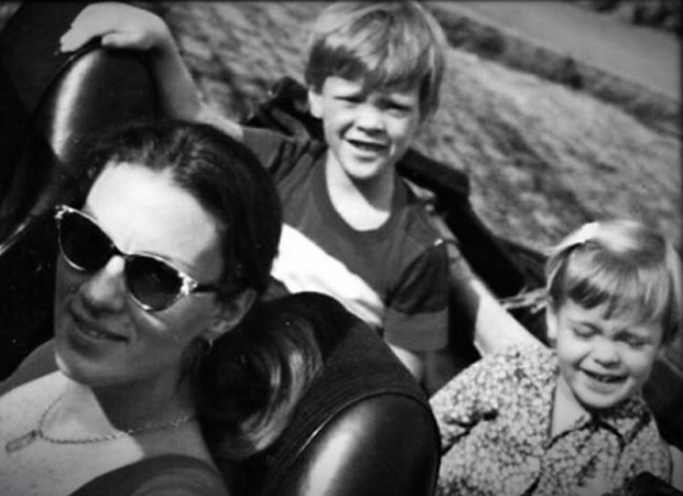 Carolina Dieckmann em foto da infância com mãe e irmão (Foto: Reprodução/Instagram)
