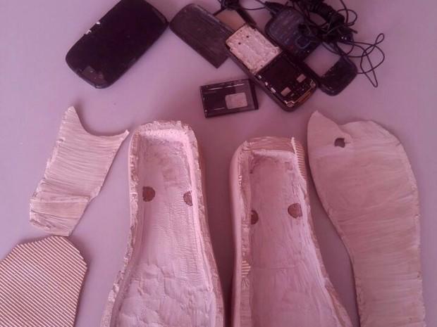 Três celulares foram encontrados escondidos nas sandálias da mulher que tentava visitar o preso nesta quarta-feira (25),em Fortaleza (Foto: Divulgação/Sejus)