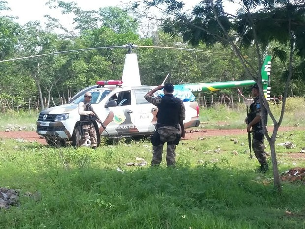 Policiais continuam fazendo buscas na região para tentar prender suspeitos de assalto (Foto: Ellyo Teixeira/G1)