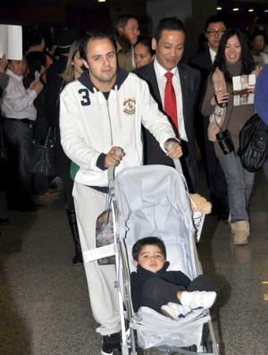 Massa desembarca em Xangai com filho Felipinho (Foto: ImagineChina)