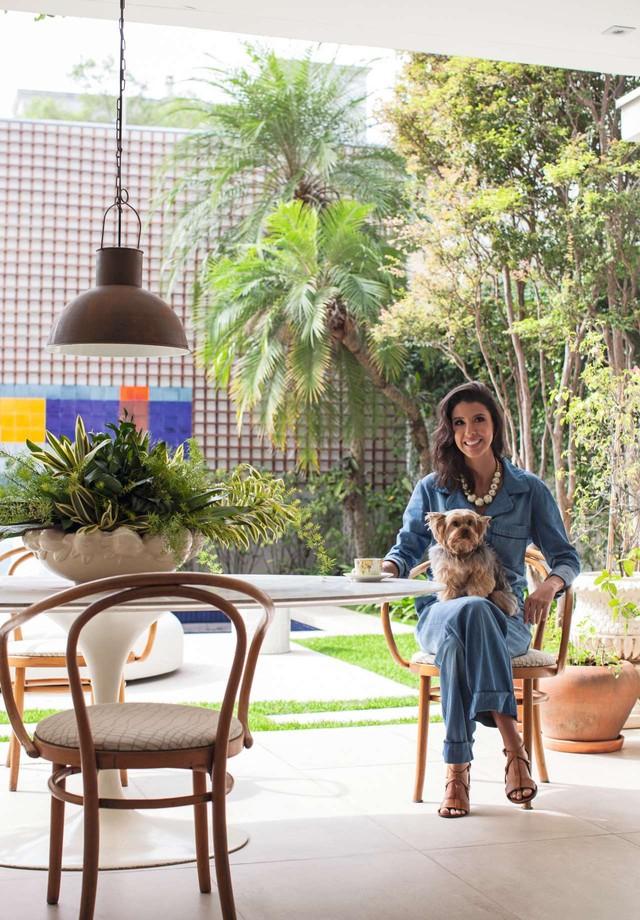 A designer posa na varanda vestindo Mixed, marca fundada pela família do marido (Foto: Divulgação)