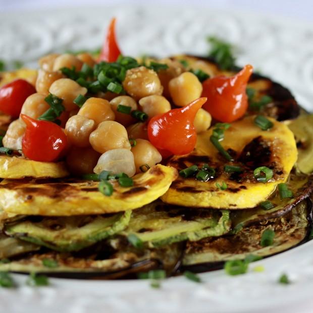 Salada oriental exótica leva berinjela, abobrinha e grão de bico