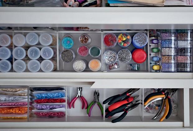 As linhas de bordar ficam sempre à mão em uma caixa alta de plástico colorido com alças. As gavetas possuem divisórias internas de acrílico que tornam o trabalho mais eficiente. Os objetos e as ferramentas estão separados por categorias (Foto: Pedro Abude)