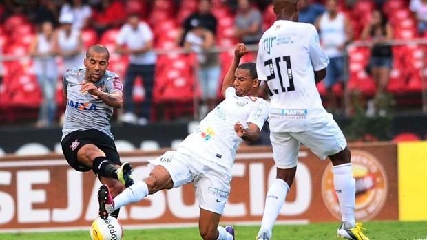 Emerson Sheik é marcado de perto (Foto: Marcos Ribolli / Globoesporte.com)