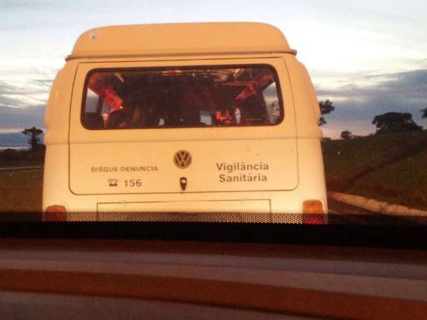 Kombi que deveria estar no pátio da Vigilância Sanitária de Foz do Iguaçu foi vista atravessando a fronteira para a Argentina na sexta (2) (Foto: Daiana Feitoza / Arquivo Pessoal)