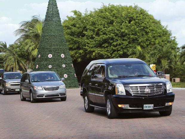 Carro com o caixão de Roberto Bolãnos, criador de 'Chaves' e 'Chapolin', deixa residência do ator mexicano neste sábado (29), em Cancún, com destino à Cidade do México, onde acontecerá o velório (Foto: Stringer /Reuters)