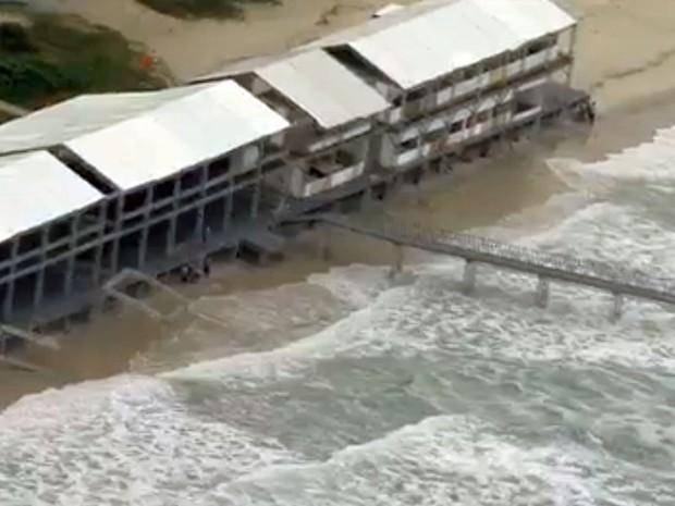 Ressaca destruiu parte da estrutura que está sendo montada para o mundial de surfe (Foto: Reprodução/Globo)
