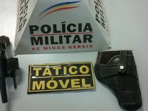 Revolver apreendido em Divinópolis (Foto: Polícia Militar/ Divulgação)