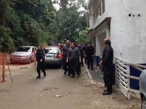 Agentes da Divisão de Homicídios (DH) fazem buscas na Rocinha. (Foto: Alba Valéria Mendonça/G1)