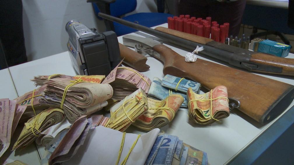 R$ 15 mil foram apreendidos com suspeitos (Foto: Jeferson Carlos/G1)