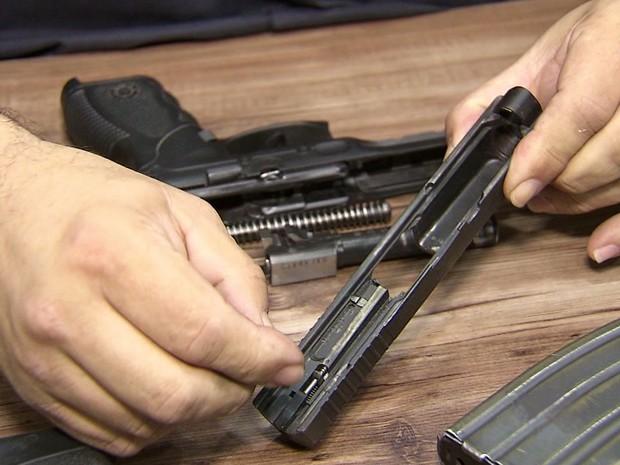 Policiais denunciam armamento sucateado na Baixada Santista (Foto: Reprodução/TV Tribuna)
