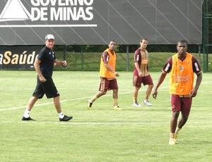 Cuca comanda treino no Atlético-MG (Foto: Leonardo Simonini / Globoesporte.com)
