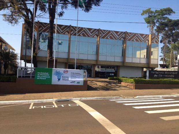 Prefeitura de Clevelândia, no sudoeste do Paraná, amanheceu fechada nesta segunda para o atendimento ao público (Foto: AMSOP / Divulgação)