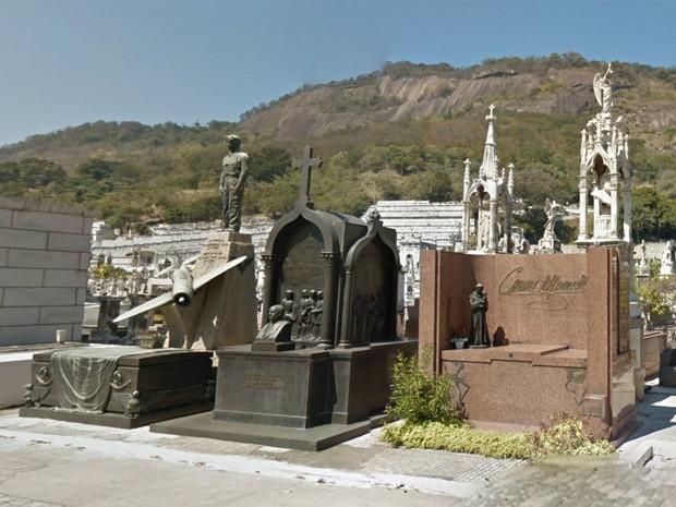 Túmulo da cantora Carmen Miranda, com uma imagem de Santo Antônio, e do Capitão Aviador Ney Antão Mariense Soares, com uma escultura do próprio e de um avião (Foto: Reprodução/ Google Street View)