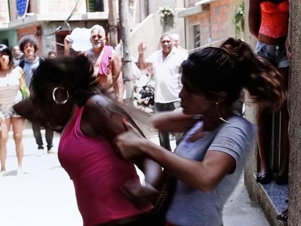 As duas começam a se estapear  (Foto: Salve Jorge/ TV Globo)