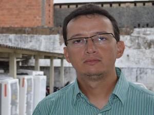 Delegado Cristiano Barreto detalha a operação (Foto: Marina Fontenele/G1)