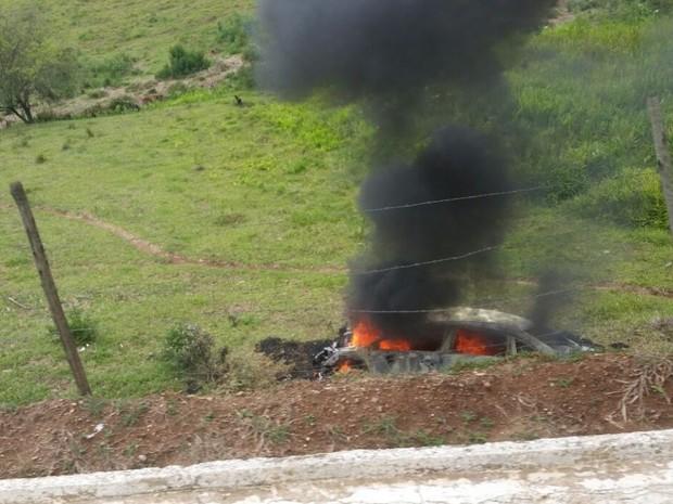 Carro pega fogo após acidente na MG-167, entre Varginha e Três Pontas (Foto: TV Boa Esperança)