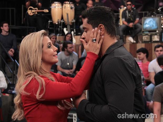 Carla Perez faz carinhos no marido Xanddy durante o Altas Horas (Foto: TV Globo/Altas Horas)