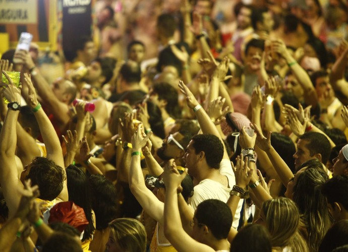 Público canta parabéns pra Durval Lelys, que completa 58 anos neste domingo (Foto: Alexandre Lago/Gshow)