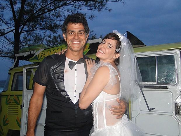 Léo e Giovana acordam, depois do porre, vestidos de noivos (Foto: Louco por Elas / TV Globo)