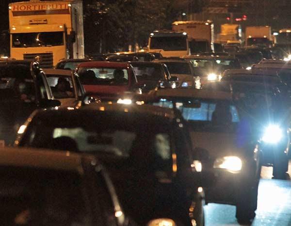 Motoristas enfrentam trânsito na Marginal Tietê, nas proximidades da Ponte do Piqueri, sentido Penha. (Foto: Clayton de Souza/AE)