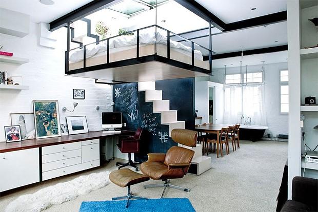 Uma estrutura de metal foi construída sobre a sala. Lá, fica a cama do morador (Foto: Reprodução/jjlocations.com)