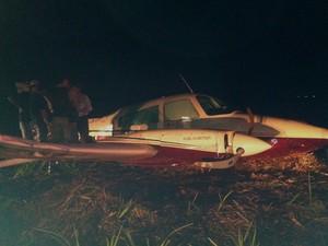 Bimotor teve uma das asas danificadas após colisão com poste (Foto: Alex Rocha/ G1)