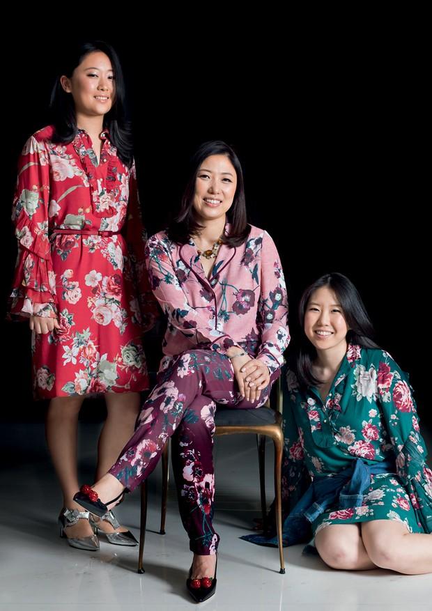 A estilista Suzana Cha entre as filhas Carolina (à esquerda) e Sabrina (Foto: Christian Maldonado, Getty Images e Divulgação)
