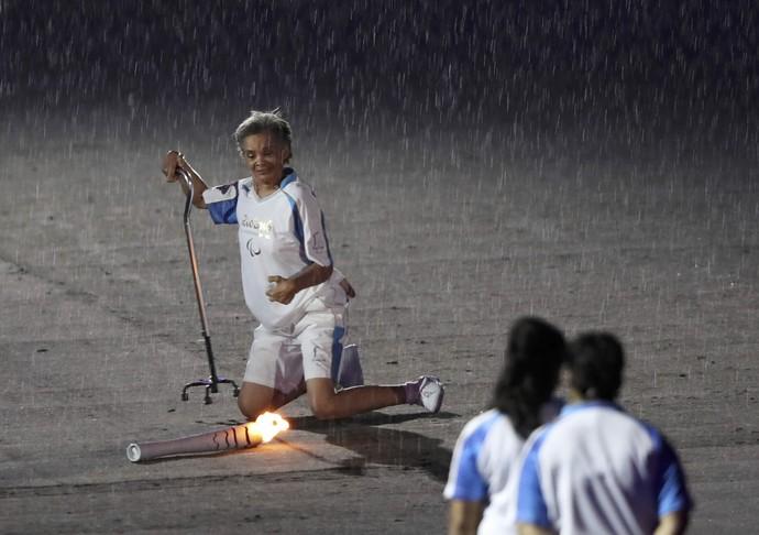Marcia Malsar perdeu o equilíbrio e acabou caíndo com a tocha no Maracanã (Foto: Reuters)