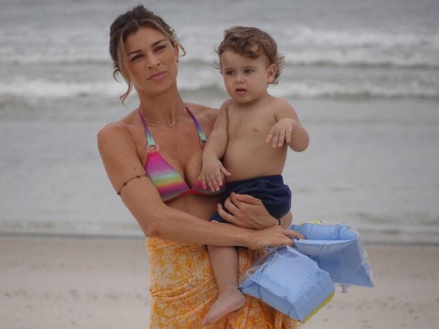 Mamãe de primeira: Grazi mostra que tem jeito com os pequenos (com Felipe de Melo) (Foto: Flor do Caribe/TV Globo)