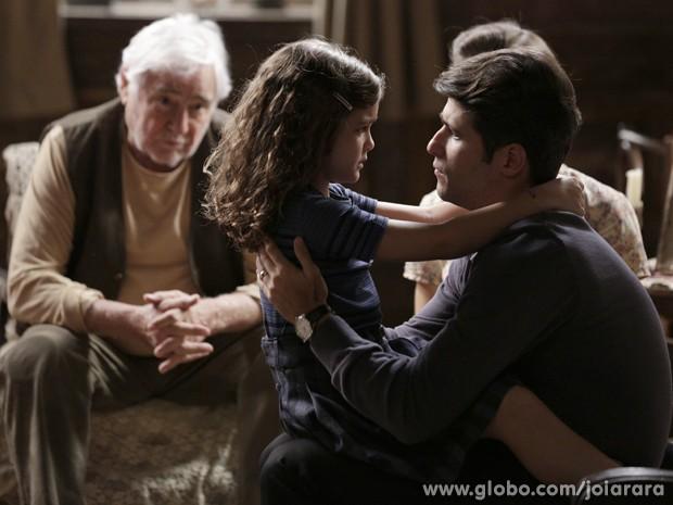 Pérola diz para Franz que vai acontecer uma tragédia e o pai vai sofrer (Foto: Joia Rara/ TV Globo)