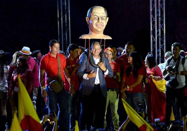 Luis Guillermo Solís comemora com apoiadores sua eleição como presidente da Costa Rica neste domingo (6) (Foto: Ezequiel Becerra/AFP)