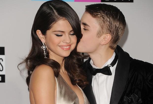 """Fim da """"era"""" Bieber? Selena Gomez é vista deixando festa com seu produtor"""