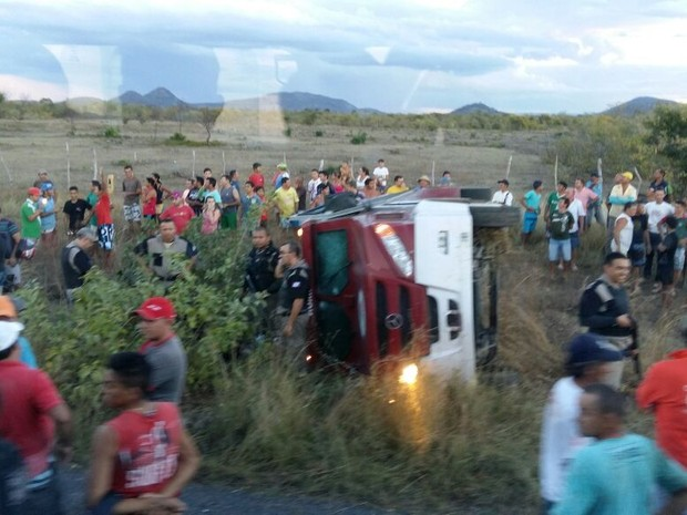 Um dos veículos ficou capotado após a ação (Foto: Arquivo pessoal)