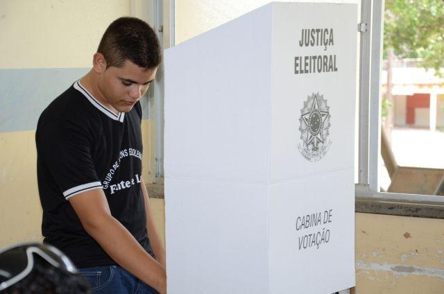 Resultado de imagem para foto de eleitor votando