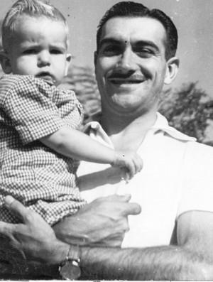 """Emerson Fittipaldi ainda criança no colo do pai, o """"Barão"""" Wilson Fittipaldi (Foto: Acervo pessoal)"""