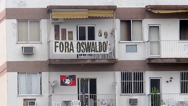 faixa Fora Oswaldo de Oliveira treino Botafogo (Foto: Thales Soares / Globoesporte.com)