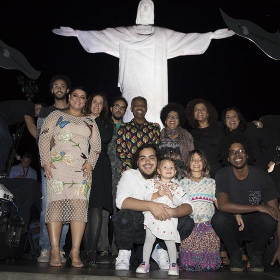Gilberto Gil cercado por filhos, netos e bisnetos no Cristo Redentor (Foto: Felipe Panfili)