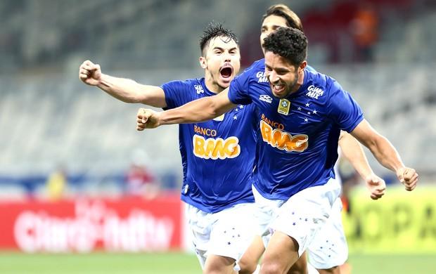 Léo comemora gol do Cruzeiro contra o  ABC (Foto: Cristiane Mattos / Futura Press)