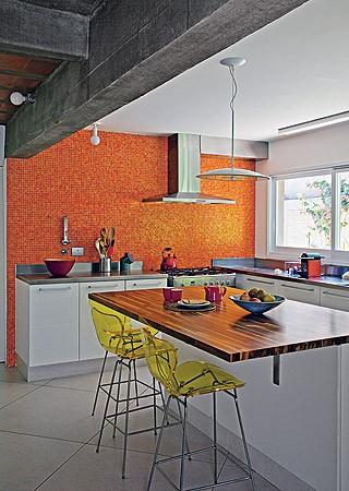O piso escuro de lajotas, um hit dos anos 1970, foi trocado pelo porcelanato branco no térreo, do hall de entrada à cozinha, que dobrou de tamanho com a eliminação da copa (Foto: Luis Gomes/Casa e Jardim)