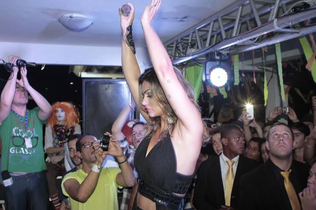 Kelly Key capricha no rebolado em show na festa Chá da Alice (Foto: Isac Luz/EGO)