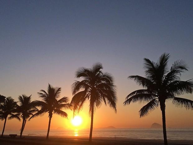 Nascer do sol na praia de São Conrado (Foto: José Raphael Berrêdo / G1)
