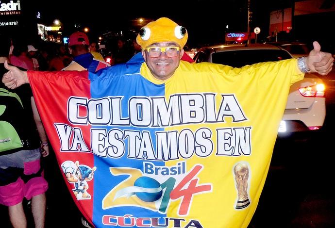 Torcida da Colômbia faz a festa na chegada da seleção a Cuiabá (Foto: Fábio Lima)