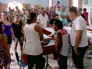 Fila se forma em velório dos quatro irmãos mortos afogados no Espírito Santo (Foto: Reprodução/TV Gazeta)