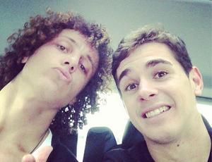Oscar e David Luiz na Inglaterra (Foto: Reprodução / Instagram)