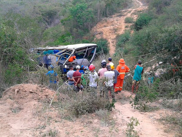Acidente com ônibus de turismo na BR-116, na Bahia (Foto: Edson Nunes/ TV Sudoeste)