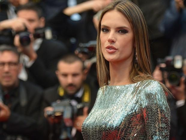 22/05/2013 - A modelo brasileira Alessandra Ambrosio chega para a exibição do filme 'All is lost' no Festival de Cannes. (Foto: AFP PHOTO / ALBERTO PIZZOLI)