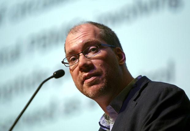 O pesquisador Timothy Henrich, dos EUA, divulga na conferência sobre Aids na Malásia que o vírus HIV desapareceu do sangue de dois pacientes que passaram por transplante de medula óssea (Foto: Lai Seng Sin/AP)