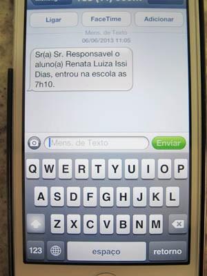 Pais recebem a mensagem no celular avisando que o filho chegou na escola (Foto: Mariane Rossi/G1)